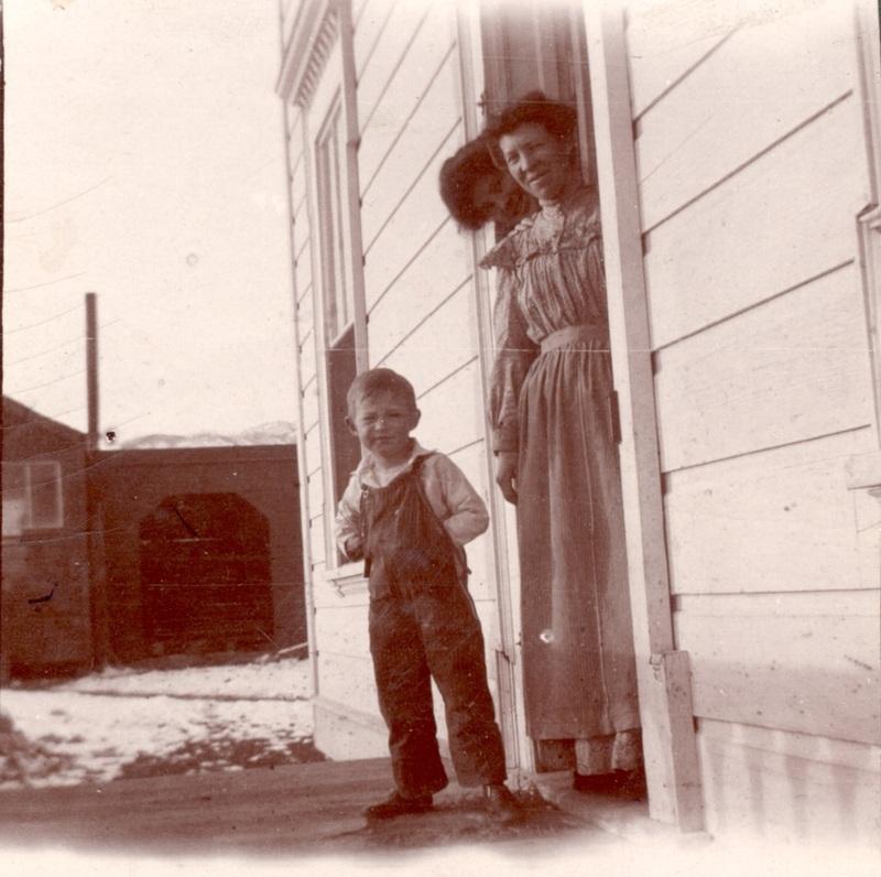 Crissie Caughlin and son Rowland, ca. 1904